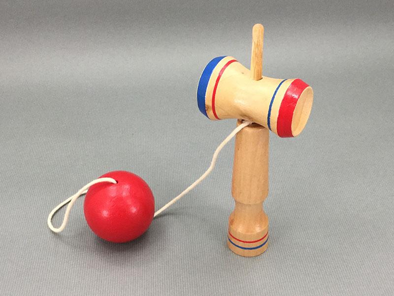 けん玉:球を皿の上に乗せたりけん先に入れたりして遊ぶ
