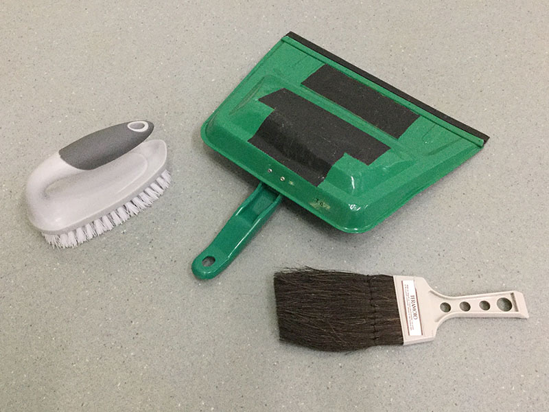 掃除用具の楽器:底をミュートしたチリトリや床ブラシ
