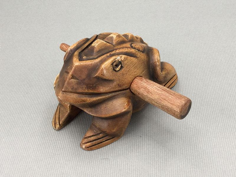 モーコック:カエルのギロで木の棒の太い方で背中を下からなでる