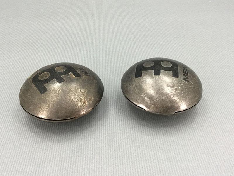 シェル・シェイカー:貝殻状の金属製のシェイカーで、貝殻の閉じ具合で音が変化する