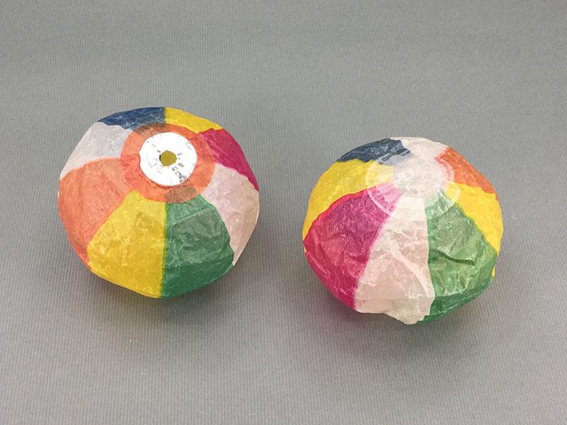 紙風船:息でふくらませる紙製風船