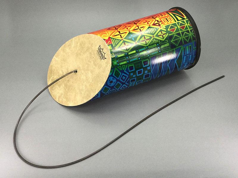 スプリングドラム:スプリングを動かして雷のような音を出す