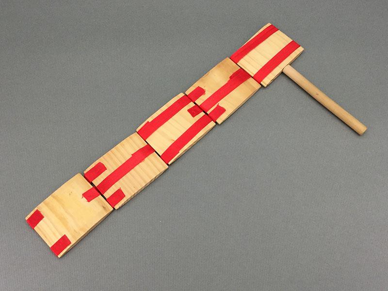 パタパタ:柄を持ち手首を返して音や様を楽しむ玩具